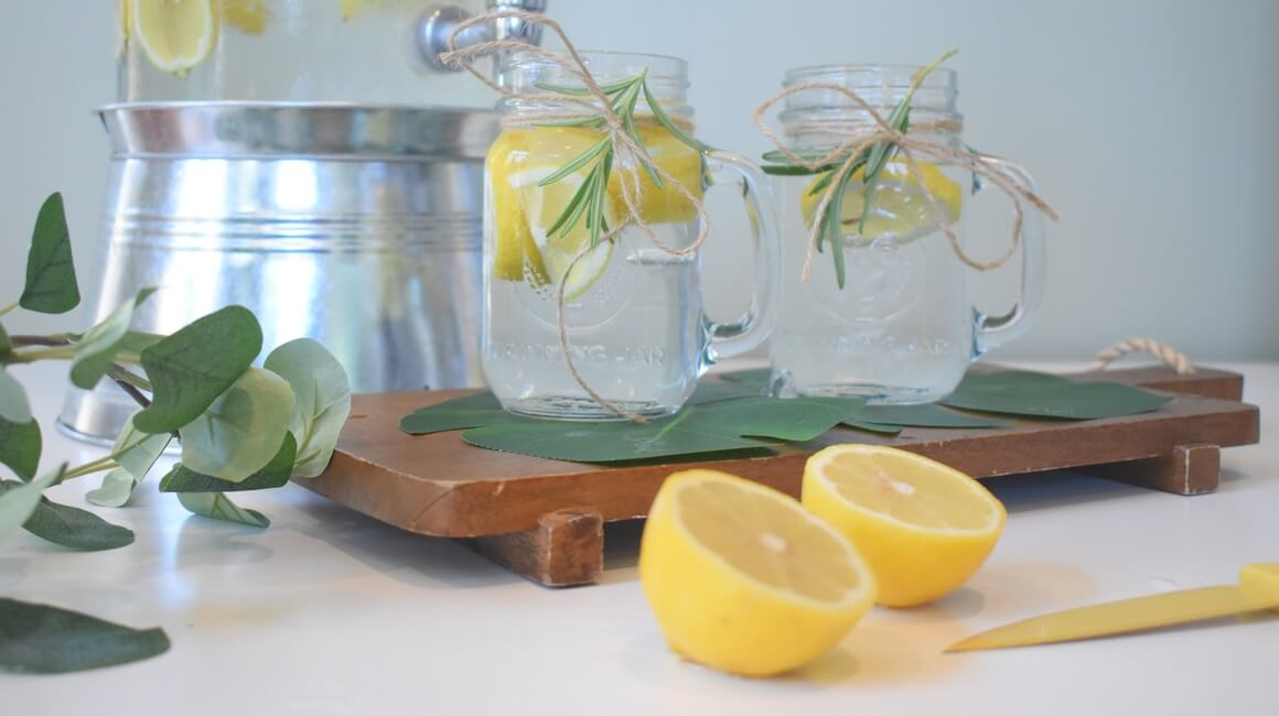 Detoks s vodom i limunom