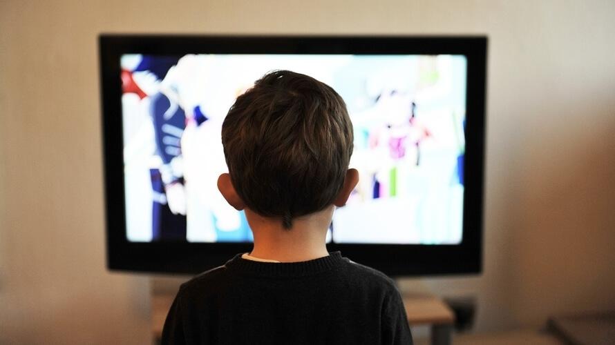 dijete gleda televiziju
