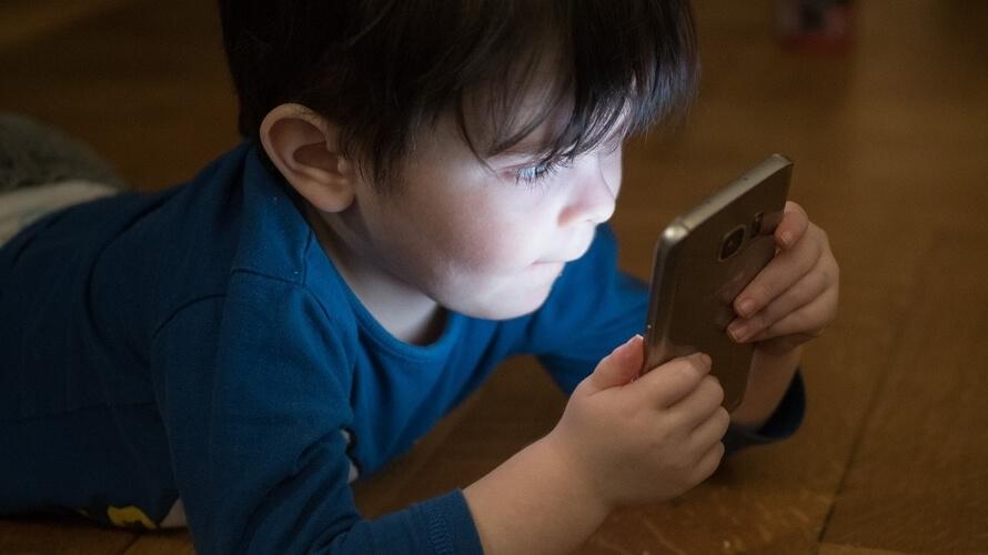 dijete na mobitelu