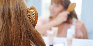 Četka za ravnanje kose – vrijedi li kupovine i kako je koristiti?