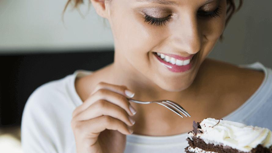 djevojka-jede-kolac
