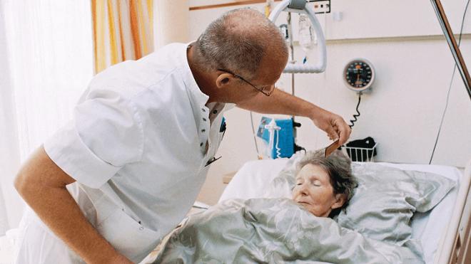 lijecnik-ceslja-staricu