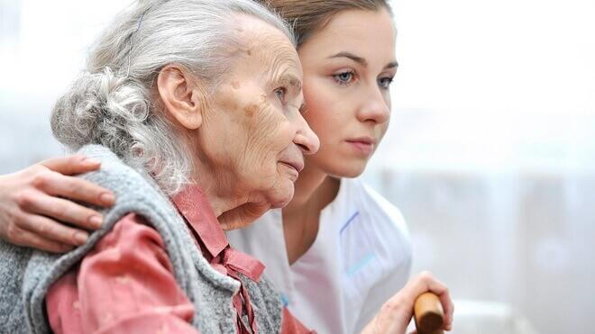 medicinska-sestra-pomaze-starici