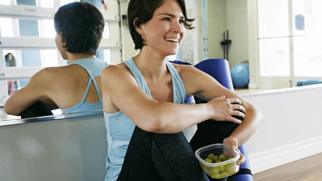 zena-koja-jede-nakon-treninga