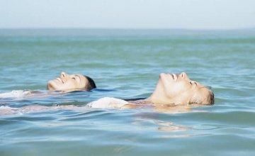 djevojke-plutaju-u-moru