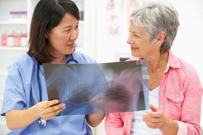 Liječnik pokazuje RTG srca i pluća pacijentu