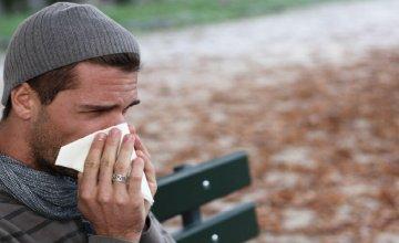 čovjek puše nos