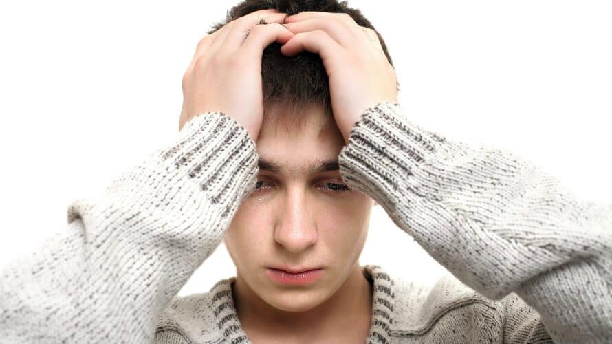 Zabrinutost mladog dečka