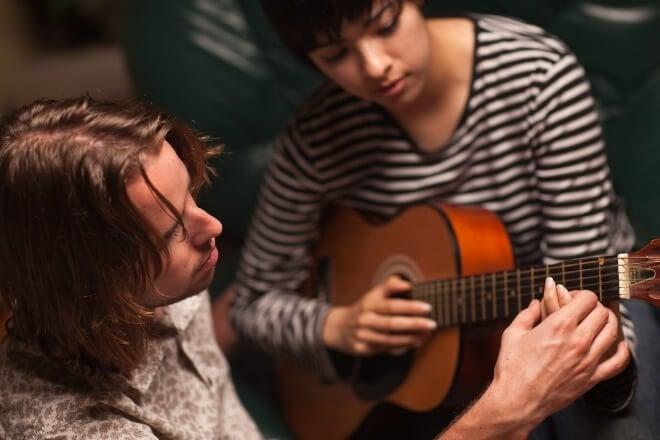 Glazbeni-terapeuti