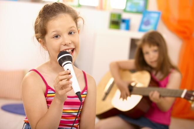 Djeca-pjevaju-i-sviraju