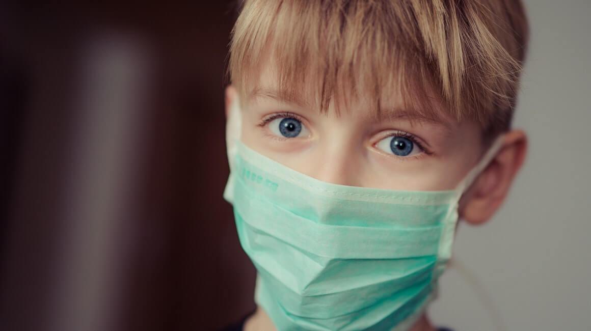 Dijete s kirurškom maskom