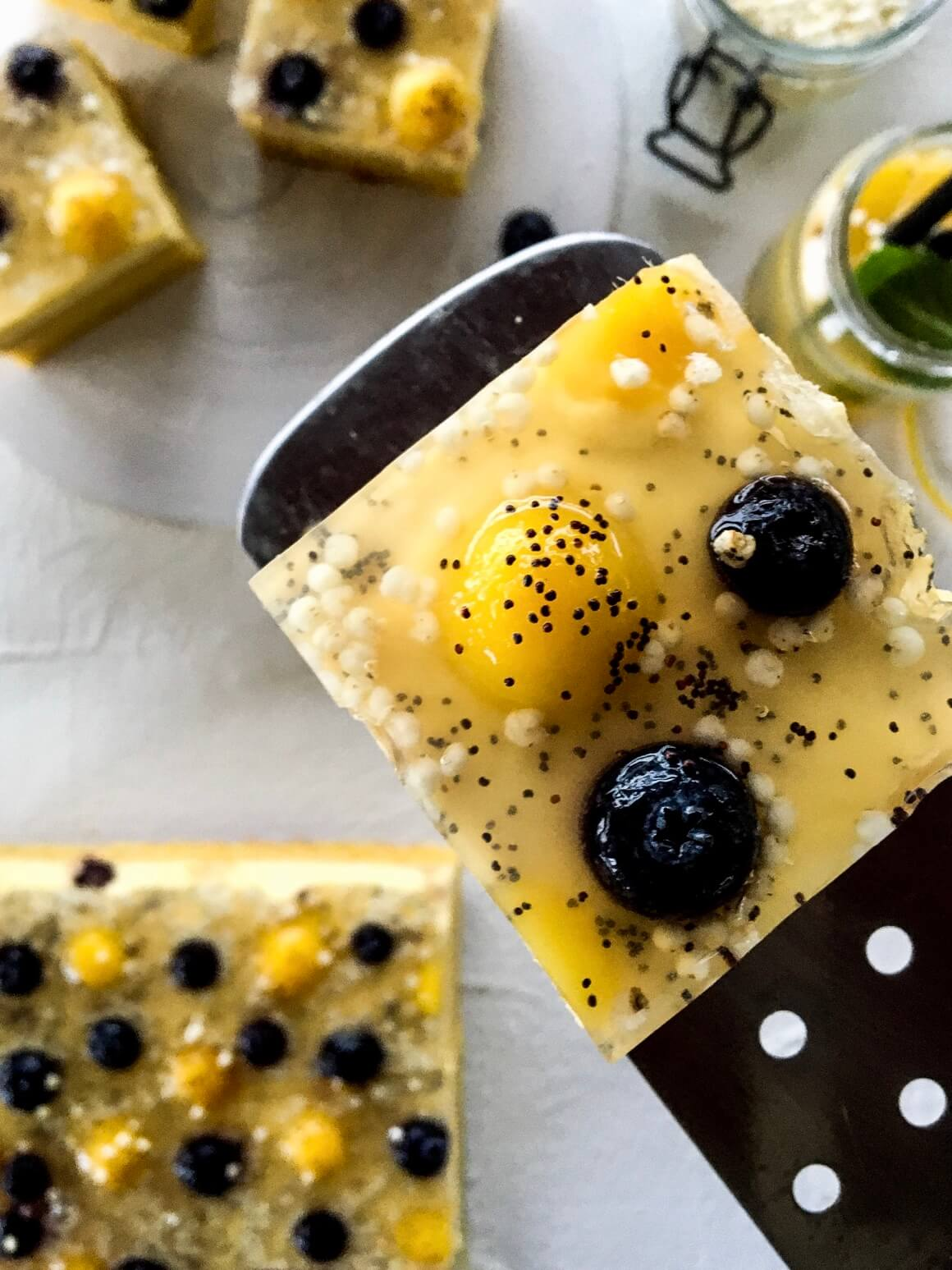 Žuti kolac s voćem i pudingom