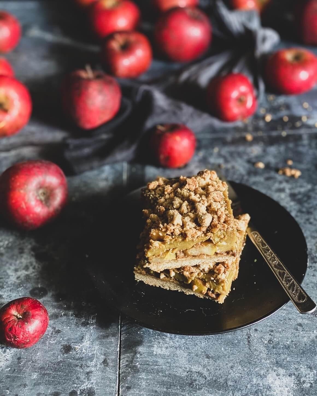 Prhka pita s jabukama i pudingom od vanilije